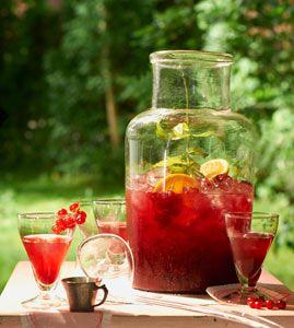 Johannisbeer-Eistee aus Living at Home Ausgabe 6/2014   Zubereitung Teebeutel mit 2 l kochendem Wasser übergießen und 10 Minuten ziehen...