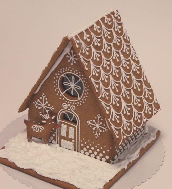 Halusin tehdä piparkakkutalon, jonka koristelut ovat yksinkertaisia, ilman värejä tai muita kikkoja. - by Taru -- Piparkakkutalo, Joulu, Gingerbread house, Christmas