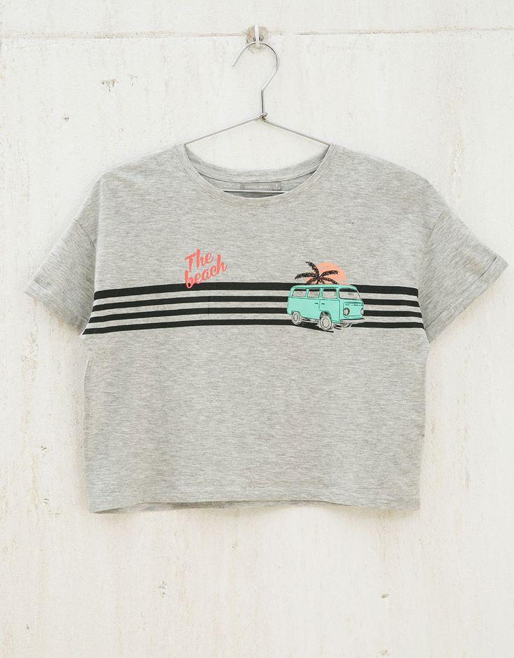 Camiseta BSK cropped estampada. Descubre ésta y muchas otras prendas en Bershka con nuevos productos cada semana