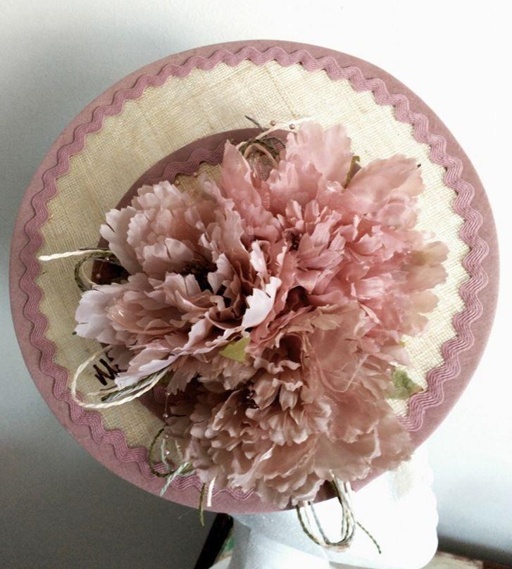 Tocado plato rosa de El Atelier de Gema