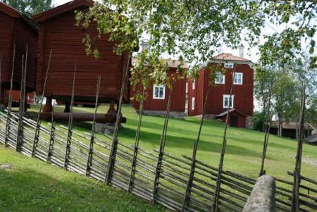 Hälsingegård, Sweden. Mitt i samhället ligger gården Mårtes, som är Ovanåkers hembygdförenings hembygdsgård. Mest känd är gården för det barockliknande 1700-talsmåleriet i herrstugan av hälsingemålaren Jonas Hertman.