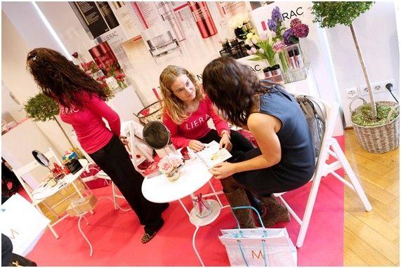 Una de las profesionales de Lierac ofrece consejos de belleza e información sobre los tratamientos de la firma durante la celebración del Beauty Day de Mujer hoy.