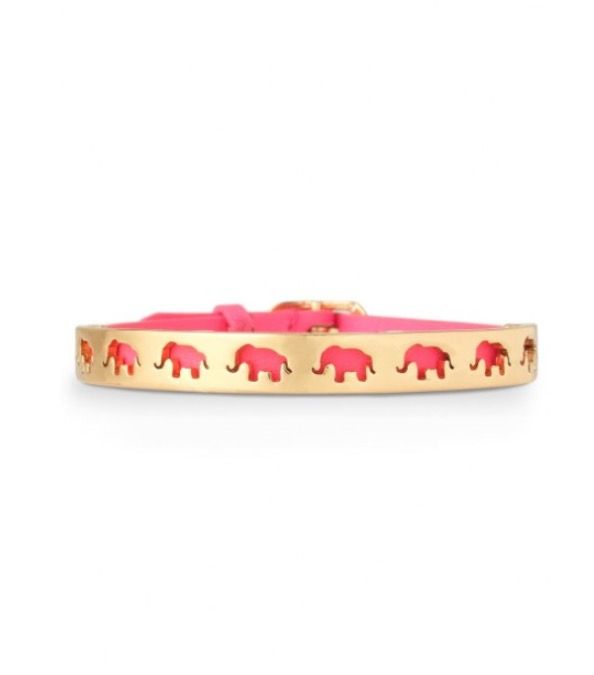 Bracelet Strength Stella&dot De style épuré mais riche en symbole. Plaque en laiton avec des détails de coupe en formes d'éléphants, posée sur un bracelet en cuir rose indien. Finitions en plaqué or brillant. S'ajuste facilement aux poignets SM-LG grâce à sa fermeture boucle.