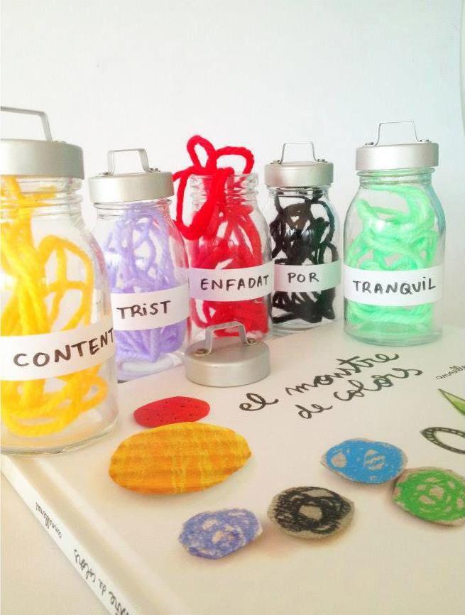 IDEA: Coge botes de cristal y lanas de colores: separa cada color dándole un nombre a cada emoción y ordénalos en los botes. Idea original Anna Llenas