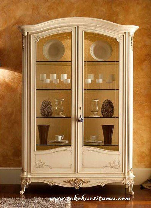 Lemari Hias Duco Putih Mewah LHS-001 memiliki desain yang simple dan menawan terbuat dari kayu mahoni dengan finishing cat duco berwarna putih.