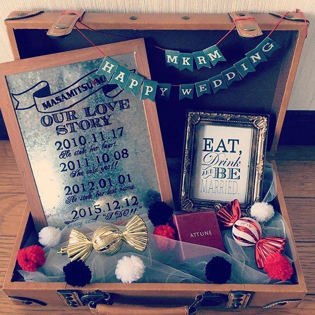 . 卒花@ma_na_0307ちゃんにいただいたトランク 明日搬入するのに試しに飾り付けてみました♪♪ クリスマスっぽくしたくなって ポンポンと 部屋にあるツリーの飾りを散りばめて 初めてもらったクリスマスプレゼントの指輪の箱とloveストーリーとミニミニガーランドと… とにかく色々思い出を詰め込む! 的な感じにw まなちゃんみたいに可愛くできなかったけど こんな感じに行きます\(^^)/ #プレ花嫁#結婚式準備#ファミリー婚 #ウェルカムトランク#トランク