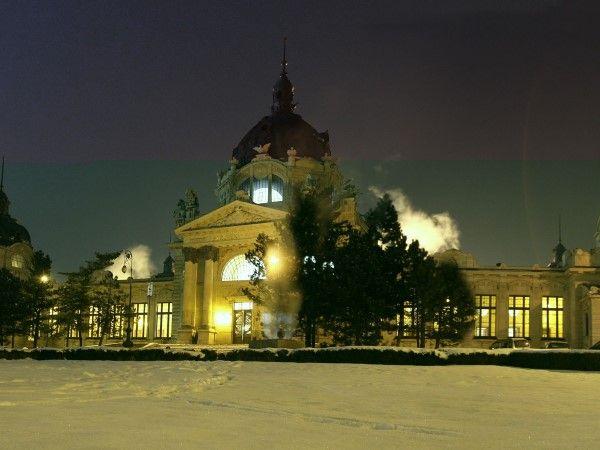 47 - NAVIDAD 8 - Budapest, Hungría  Pocos mercados navideños combinan las compras con un spa, pero Budapest está lleno de espectaculares baños calientes de estilo Art Nouveau, como el Szechenyi, donde podrá bañarse al aire libre a 38º rodeados de brillante nieve e incluso jugar al ajedrez en el agua mientras espera para disfrutar de un relajante masaje.