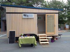 Bird House: casa mínima móvil. Construcción de madera para utilizarse como una casa mínima para los fines de semana, oficina, habitación para huéspedes. Está montada sobre un remolque de 16 x 8 pies, por lo que supone una solución móvil fácilmente trasladable a cualqueir parte. Aislada, con energía solar e inodoro de compostaje.  #Arquitectura