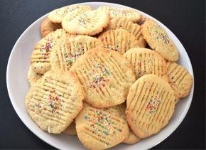 Een tijdje geleden werd mij het recept van kokosbiesjes gevraagd. Natuurlijk wil ik dat recept eerst zelf uitproberen voordat ik het plaats op SurinamCooking. Nou afgelopen weekend hebben we de kokosbiesjes gemaakt. Heerlijk waren ze. De kokos biesje zijn koekjes die je zo weg eet heerlijk platte koekjes die je doen denken aan je grootmoeder die in de keuken staat te bakken. Het recept heb ik dan ook van een een hele lieve mevrouw van 78 jaar! Onderstaand recept maakt ongeveer 95…