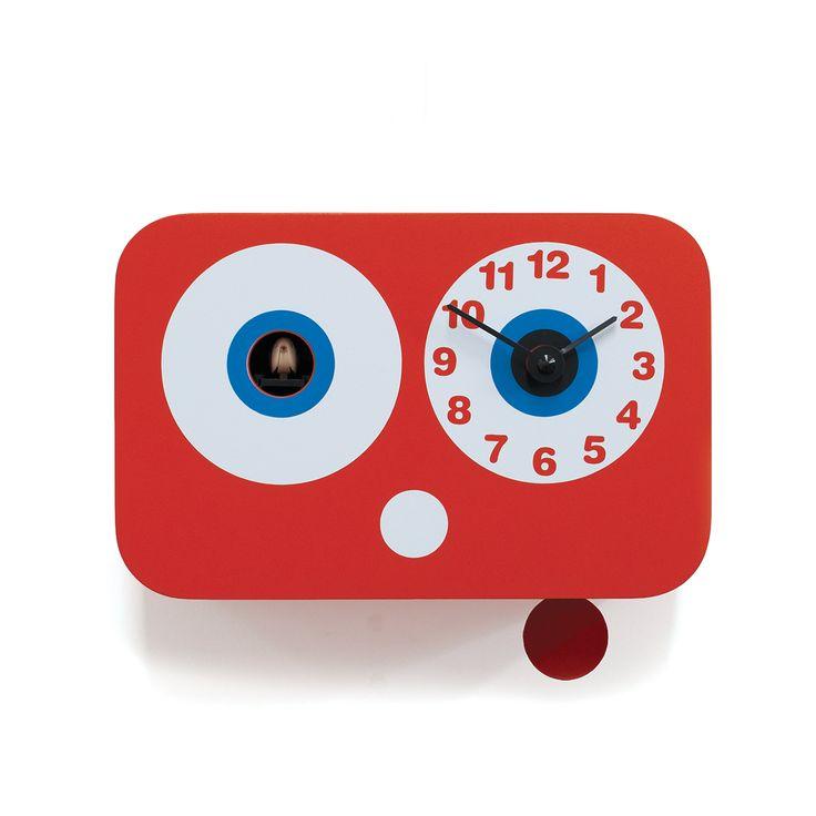 Orologio a cucu' da parete realizzato in legno. Movimento al quarzo a batteria. Un sensore sensibile alla luce ferma automaticamente la suoneria in assenza di luce.