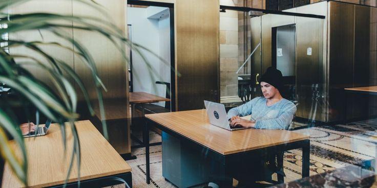 Люди, работающие в шумном офисе, хотя бы иногда завидуют тем, кто работает в одиночестве. Но в этом случае тоже есть раздражающие факторы, от которых сложно избавиться: лень, отговорки, прокрастинация. Четыре правила работы в одиночку помогут вам оставаться продуктивным и сконцентрированным на задачах.