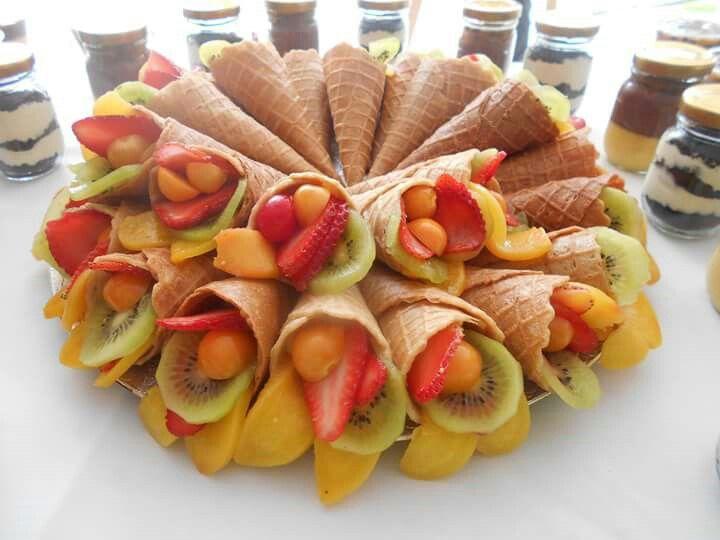 Conos de fruta con crema pastelera