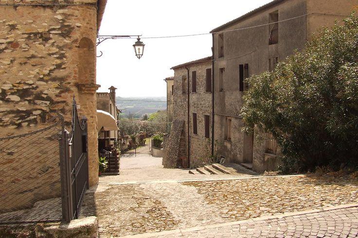 """Caratteristico borgo medievale collocato nei Colli Euganei, Arquà Petrarca fu scelta dal """"sommo poeta"""" come dimora negli ultimi anni di vita."""