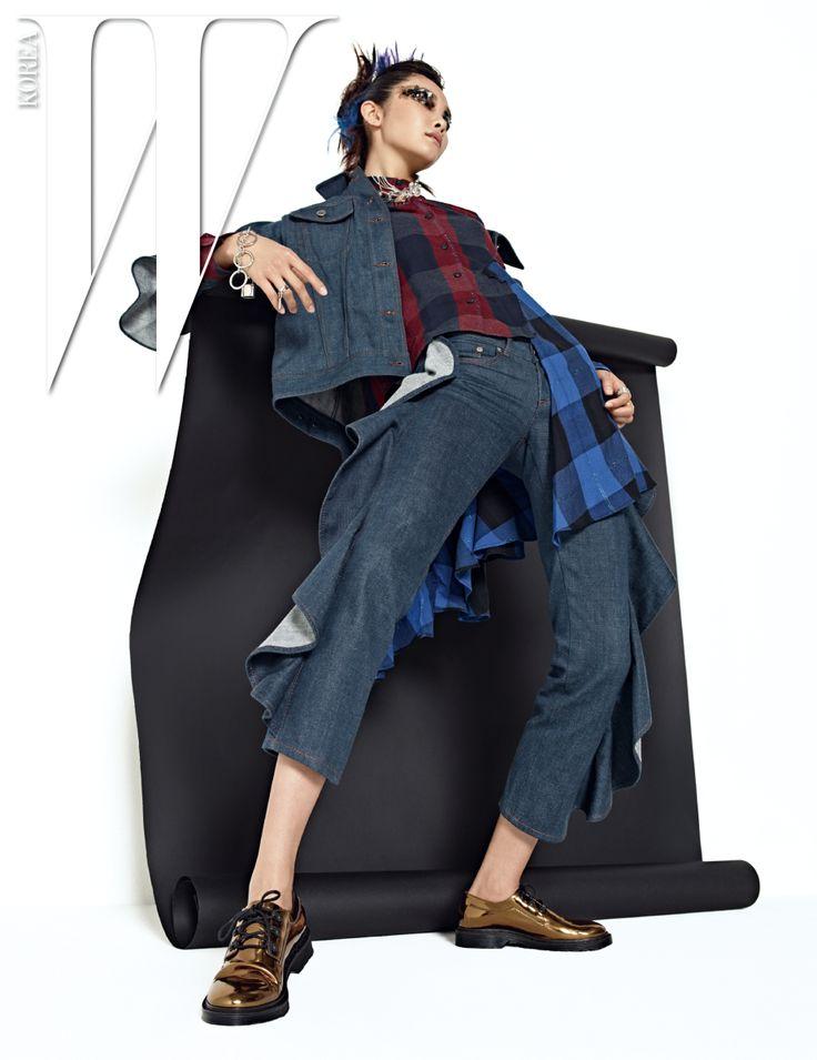 프릴 장식 데님 재킷, 팬츠, 비대칭 실루엣 체크무늬 셔츠, 금색 슈즈, 투명 체인 목걸이, 은색 목걸이, 체인 팔찌와 반지들은 모두 MM6…