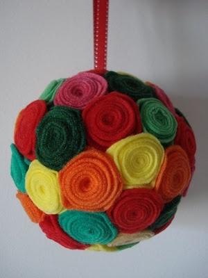 Bolas de Natal com flores de feltro industrial