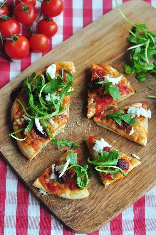 Pizza z kiełbasą chorizo, mozzarellą i świeżą rukolą | Make Cooking Easier