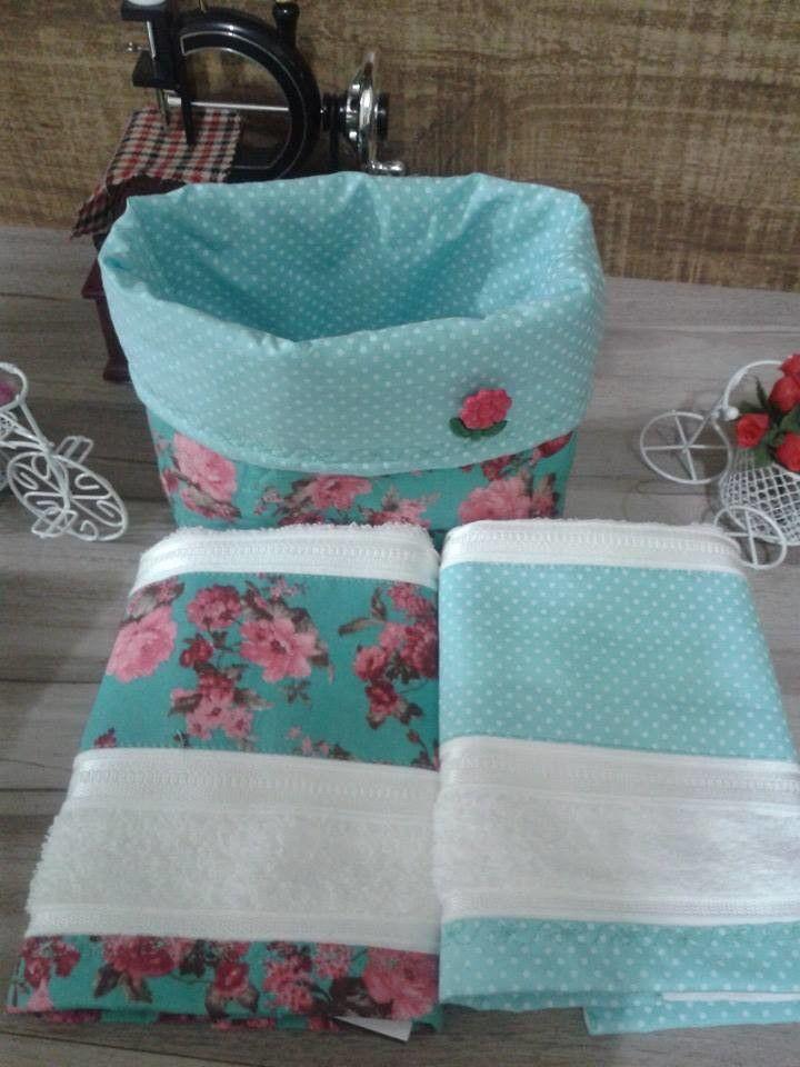 Cachepô acompanhado por 2 toalhas de lavabo de ótima qualidade com barrado em tecido de algodão.