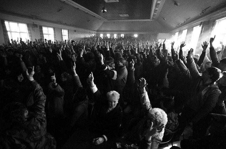 Keith Pattison, mars 1985. Les mineurs du Welfare Hall d'Easington votent pour retourner au travail.
