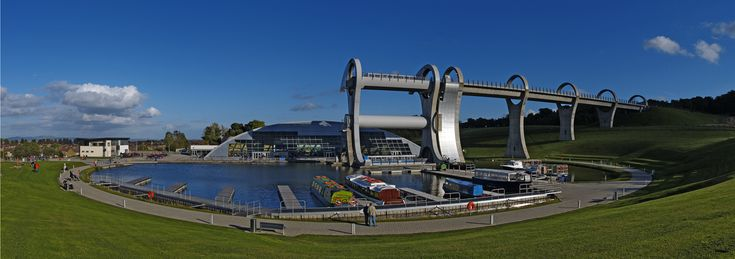 Panoramic view of the wheel and aqueduct.