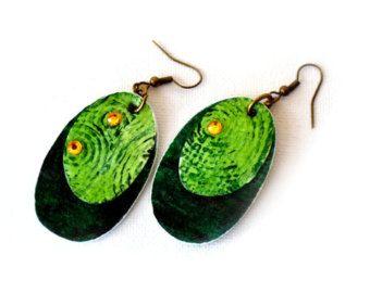 Refª BRI 16051  Die Farben und Formen diese Ohrringe sind sehr attraktiv. Die leichte Bauweise ist wunderbar für Ihre Lappen und ist ideal für Menschen, die schwere Ohrringe nicht zu schätzen wissen.  _ Aquarellpapier Ohrringe; _ Einzigartig; _ Handgefertigt; _ Gesamtlänge (ca.): 10cm; _, Leicht, langlebig und einfach zu bedienen.  Teile werden aus mehreren Schichten von Aquarellpapier (300 g/m ²), hergestellt, wodurch eine hohe Beständigkeit. Muster-Collage gemalt, mit Wasserfarben…