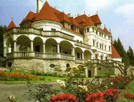 Slovakia, Kunerád - Predtým kaštieľ, teraz kúpeľný dom - Previously mansion, now bathhouse
