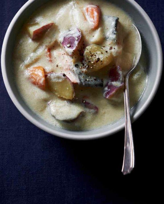豆乳と米粉のほっこりシチュー Rola's Kitchenから、寒い冬もほっこり体が温まるシチューをご紹介。体にやさしい食材を使ってヘルシーに♪ Rola'sK 材料 (2人分) さけ(切り身) 2切れ 玉ねぎ 1/2個 にんじん 1本 豆乳 400ml 米粉 大さじ1強 ギー(オリーブオイルでもよい) 大さじ1 塩、こしょう 各少々 粗びき黒こしょう 少々