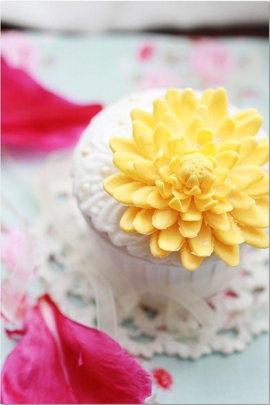 Chrysanthemum cupcake...sweet like a dream!! Chrysanthemum är en av många blommor som jag önskar mig att göra. Min kompis har lärt mig...