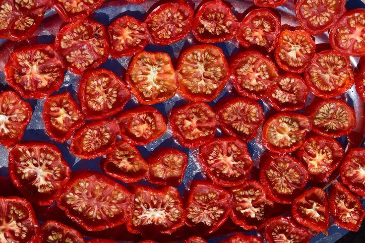Suszone pomidory. Pyszne, cudownie pachnące, doskonałe z domowym chlebem. Pewnie, że można kupić w sklepie. Ale własne to zdrowe i przyjemne :) Zdjęcie: pixabay Zdjęć nie zrobiłam. Chyba że liczyć to z chlebem, ale …