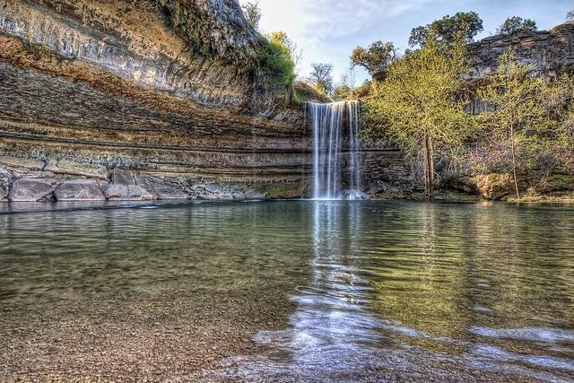 Λίγα χιλιόμετρα μακριά από το Όστιν, την πρωτεύουσα της πολιτείας του Τέξας των ΗΠΑ, βρίσκεται ένας μικρός παράδεισος. Η φυσική «πισίνα» Hamilton δημιουργήθηκε από την κατάρρευση της οροφής ενός υπόγειου ποταμού και αποτελεί αγαπημένο προορισμό για κολύμπι για τους ντόπιους και όχι μόνο.