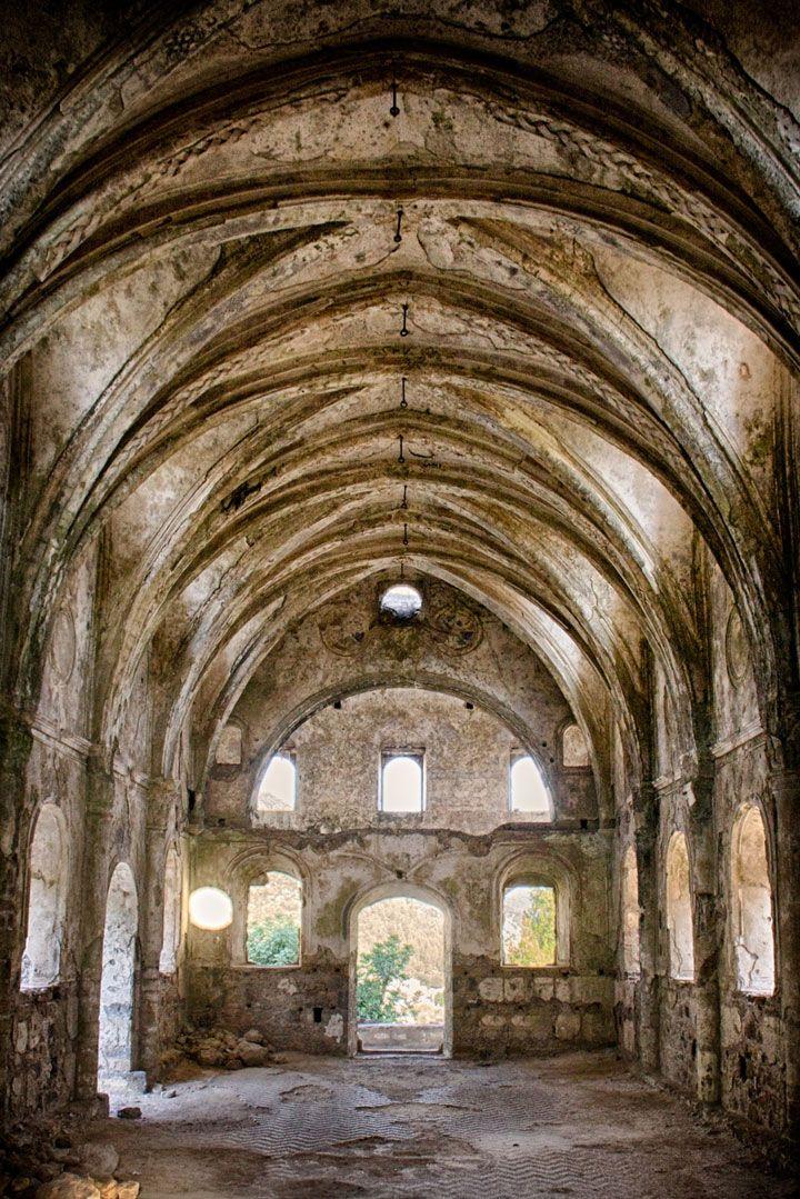 28 églises abandonnées à travers le monde sur lesquelles la nature a repris ses droits