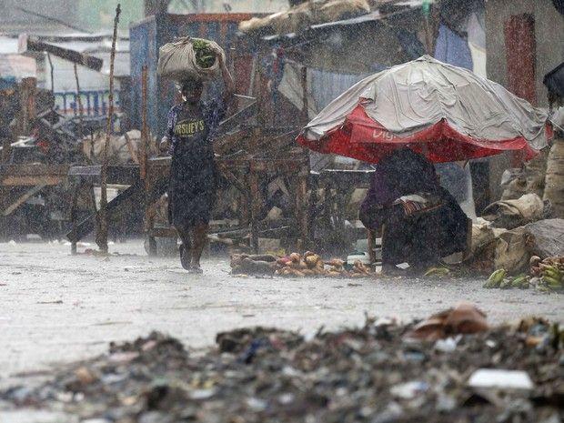 Uma mulher caminha por uma rua durante passagem do furacão Matthews em Porto Príncipe, no Haiti (Foto: Carlos Garcia Rawlins/Reuters)