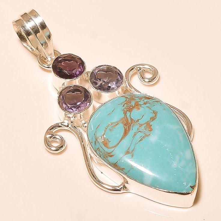 """Zilveren turkoois hanger """"LIEFDE VAN DE ZIEL"""" De edelstenen die zijn gecombineerd in deze zilveren hanger helpen je om de onvoorwaardelijke liefde van je ziel te ervaren. De prachtige koperhoudende turkoois steen helpt om oordelen los te laten en je milde hart te laten spreken. De kleine amethist stenen staan voor intuïtie, wijsheid en spirituele leiding van je ziel."""