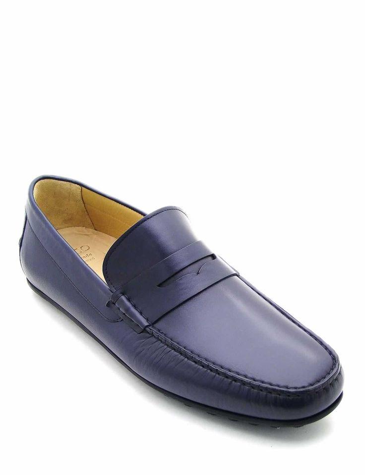 #Gommino in pelle di vitello colore blu. Impunture a vista realizzate a mano e suola in gomma. Il design sobriamente raffinato rende questo modello perfetto sia per un look informale che casual. #MadeInItaly