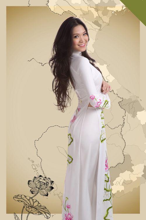 Huỳnh Bích Phương duyên dáng cùng tà áo dài truyền thống