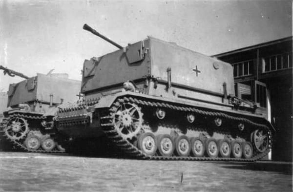 Two newly assembled Möbelwagen armed with 3,7 cm Fla.K. 43 on Panzer IV Ausf. J hull.