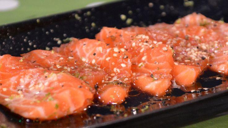 Råmarinert laks med sesamfrø og olivenolje
