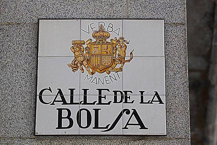 Calle de la Bolsa. En esta calle hay un antiguo edificio convertido en un restaurante. El edificio, anteriormente un capilla, fue sede de la primera Bolsa de Madrid. Lo más interesante es que, bajo su bóveda barroca, mantenían reuniones los miembros de la primera logia masónica de España. Allí se inicia alguna de las misteriosas galerías que, según aseguran ciertas leyendas, conducen entre otros sitios hasta el lejano Palacio Real.