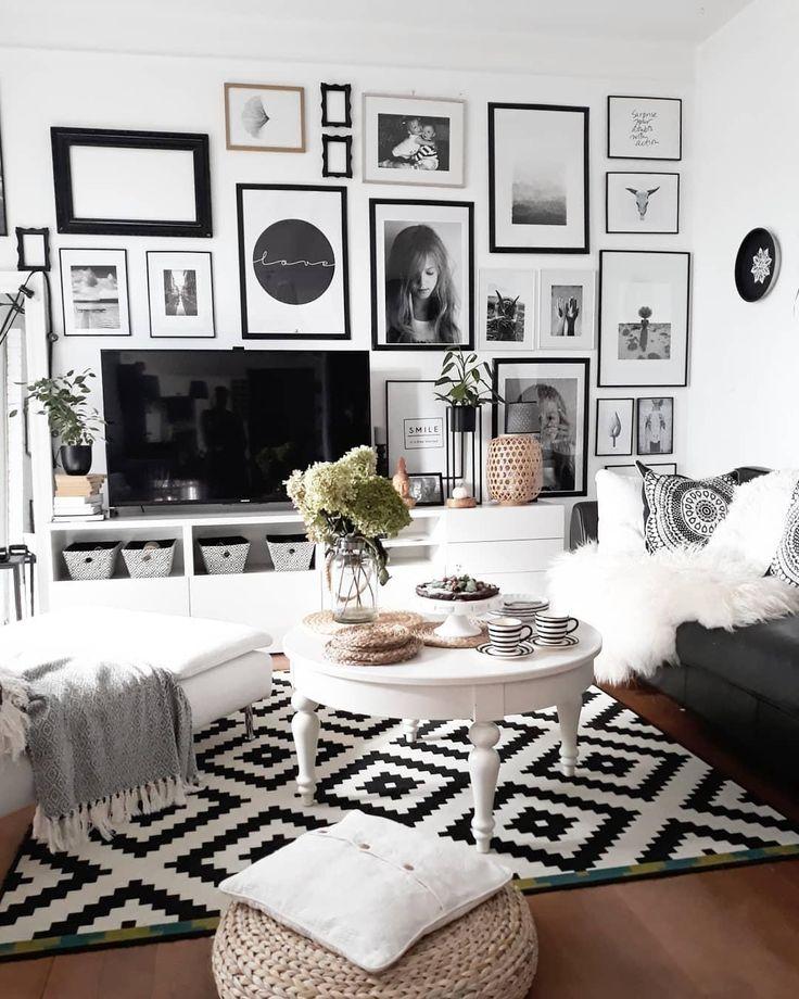 Get Cozy – Alles für ein kuscheliges Zuhause! Unser Geheimrezept für 100 Prozent mehr Gemütlichkeit im Zuhause? Einfach viele flauschige Kissen und Felle, Kerzen und Lichterketten für warmes Licht und dekorative Wohlfühl-Akzente überall – fertig ist der Cozy-Look zum Wohlfühlen! // Wohnzimmer Sofa Sessel Couchtisch Monochrom GalleryWall Bilderwand Teppich Vase Blumen Schwarz Weiss Skandinavisch #Wohnzimmer #Wohnzimmerideen #Skandinavisch #GalleryWall #Bilderwand #Teppich Foto: @colorful._dreams