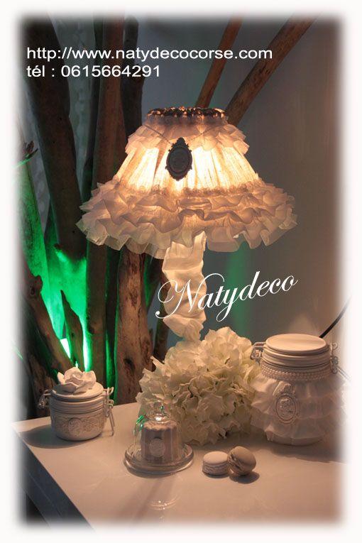 Abat jour couleur rose poudre et frou frou blanc ou couleur lin avec médaillon et collier de perle déhoussable et lavable diamètre 25 possible en D35 ou D45 en vente sur mon site en email http://www.natydecocorse.com
