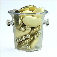 Envie d'originalité ? Craquez pour nos petits seaux à champagne et glissez-y vos dragées ! Emballés dans un sachet cadeau transparent et fermés par un somptueux nœud en satin doré ou argenté, ils feront sensation auprès de vos invités ! http://www.mariage.fr/mini-seaux-a-champagne-pvc-avec-dragees.html