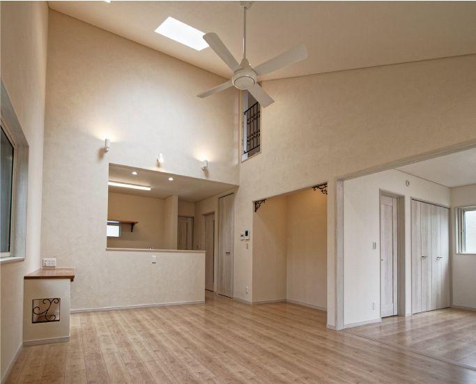 LDKはトップライトを設えた勾配天井となっています。LDKでは勾配天井の上から、2階廊下へと空間がつながっていきます。|キッチン|ダイニング|ナチュラル|吹き抜け|アイアン|飾り棚|