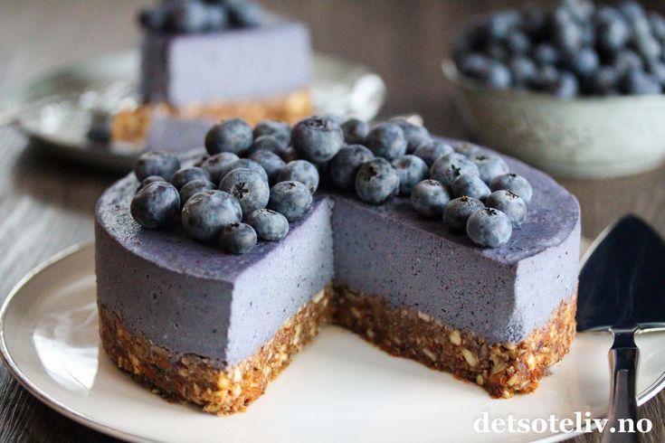 """Hei dere! Jeg har lenge tenkt på det - og nå endelig har jeg gjort det! Jeg ar laget min første raw food-kake, og den ble rett og slett raaaaawsome! Raw food-kaker er jo som navnet tilsier """"rå"""", altså de skal ikke stekes. Videre er denne kaken glutenfri og dessuten helt fri for animalske produkter, og egner seg derfor for veganere. Grunnproduktene er nøtter, dadler, blåbær og mandelmelk i tillegg til sunt kokosfett og agavesirup. Jeg elsker jo nøttekaker, og synes smaken på denne k..."""