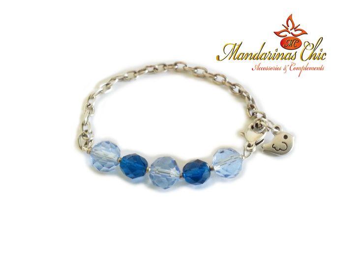 #Pulsera de cadena con cristales azules facetados, colgante pájaro y cierre de zamak bañados en plata. #MandarinasChic #Bisuteria