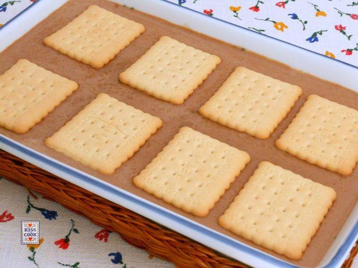 Budino al cioccolato con biscotti secchi, un semplicissimo e molto conosciuto dessert che piace particolarmente ai bambini. Prepararlo è facilissimo.