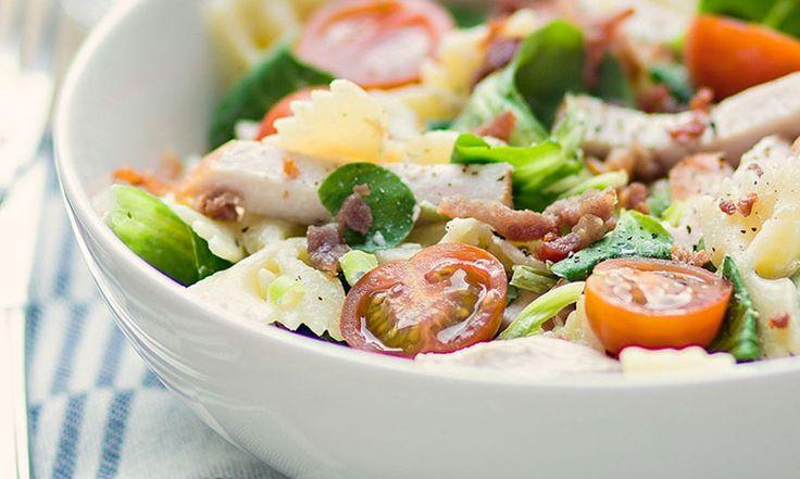 Voor deze pastasalade een paar flinke eetlepels kruidenroomkaas, wat knapperig gebakken spekjes en frisse gerookte kip erdoorheen, blaadjes veldsla, een...