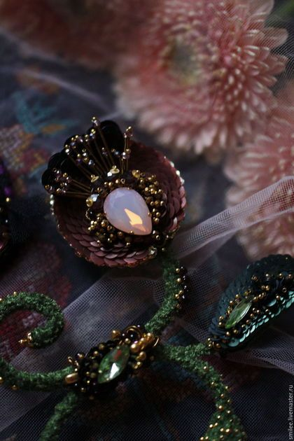 Купить или заказать Вышитая брошь цветок 'Barringtonia asiatica 2' РЕЗЕРВ! в интернет-магазине на Ярмарке Мастеров. Продолжения темы 'Впечатление', посвящается моей поездке в Као Лак . И невероятной природе ,которая там в изобилии. К моей бесконечной радости!! Цветовая гамма ,вкусная )))) благородная , как на старом гобелене . Кристаллы имитация опала розового .Бутон из старинного бархата и стразовой бусины . Можно гнуть листики веточки. Форма очень изящная , нарядная . БЕЗ СО...