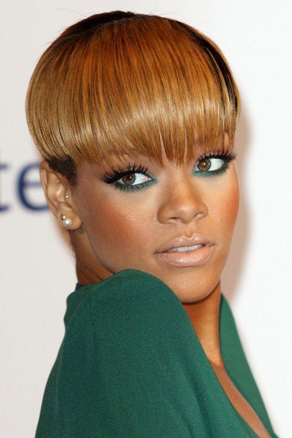 Look di Rihanna (che in questa foto aveva capelli cortissimi e mega-frangetta!) che vede un tocco di verde smeraldo sulla rima inferiore, sfumato leggermente anche verso l'angolo interno dell'occhio. Sulla palpebra superiore in questo caso non c'è quasi traccia di ombretto, o al massimo una leggera sfumatura con un marroncino color caramello. Quello che vi consiglio, se vi piace questa tonalità di verde, è applicare magari sulla palpebra superiore un bel ombretto luminoso ma neutro, quindi…