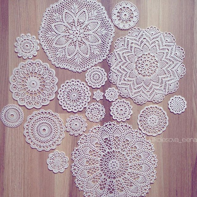 """Доброго времени суток  это вчерашние  готовые к """"употреблению""""  три средних и много маленьких 11-2,5 см, здесь можно разом увидеть почти все модельки мелочушки (для @elena_abrashkina ) #вяжутнетолькобабушки #homedecor #kolesova_crochet #doily #салфеткакрючком #декор #crochetinspiration #mysolutionforlife #woki1 #мастеркрафт #декор #slmaster #handmadeALL #craftsposure #wemakecollective #serwetka"""