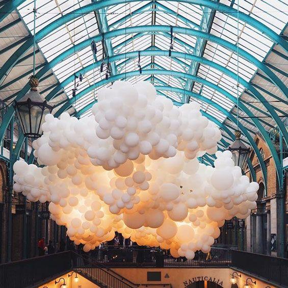 L'artiste français, Charles Pétillon, a investi le marché couvert de Covent Garden à Londres. L'installation Heartbeat est la dernière œuvre de sa série Invasions, un nuage de près de 100 000 ballons blancs a été suspendu sur près de 54 mètres d...