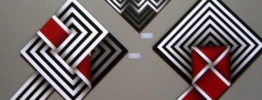 El artista colombiano Omar Rayo (1928-2010) incorporó en su vasta y diversa obra elementos estéticos y técnicos del origami, el grabajo y la pintura.
